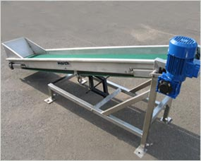 Bag elevator to feed rotary table with hand jack to raise and lower in-feed
